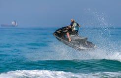 Ein Mann auf einem Wassermotorrad auf dem Meer Stockfotografie