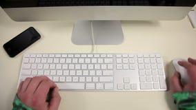 Ein Mann benutzt eine Tastatur stock footage