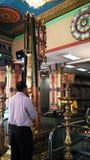 Ein Mann beten im Tempel Stockfotografie