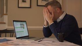 ein Mann betont über seinen Rechnungen stock footage
