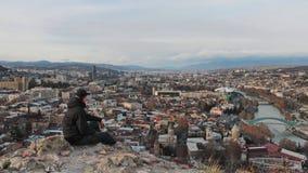 Ein Mann betrachtet das Panorama von Tiflis Lizenzfreie Stockfotos