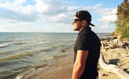 Ein Mann betrachtet Meer Stockfotos