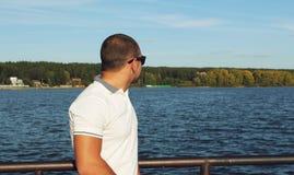 Ein Mann betrachtet Meer Stockbild