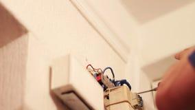 Ein Mann bohrt Wand mit elektrischer Bohrmaschine stock footage