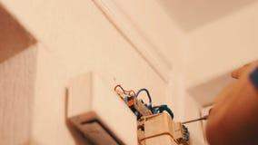 Ein Mann bohrt Wand mit elektrischer Bohrmaschine stock video