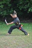 Ein Mann in dem des Kostüms der Malaysia-Kampfkunstkultur Lizenzfreie Stockfotos