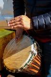 Ein Mann, der afrikanische Trommel Djembe spielt Stockbild