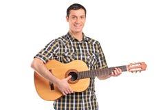 Ein Mann, der Akustikgitarre spielt Lizenzfreies Stockfoto
