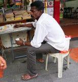 Ein Mann, der alte Bücher bei Chinatown in Bangkok, Thailand verkauft Stockfotos