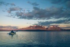 Ein Mann, der auf Akkajaure See schaufelt Stockfoto