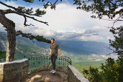Ein Mann, der auf der Aussichtsplattform übersieht die Stadt von Jalta aufwirft lizenzfreie stockfotos