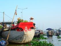 Ein Mann, der auf dem Boot in Can Tho, Süd-Vietnam sitzt Lizenzfreie Stockfotos