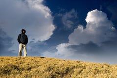 Ein Mann, der auf dem Hügel steht Lizenzfreies Stockbild