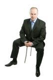 Ein Mann, der auf dem Stuhl sitzt lizenzfreie stockfotografie