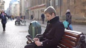 Ein Mann, der auf der Tablette sitzt und schreibt stock video