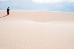 Ein Mann, der auf die Sanddünen in Stero, 4x4, Exkursion, Aomak-Strandschutzgebiet, Socotrainsel, der Jemen geht Lizenzfreie Stockfotos