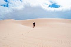 Ein Mann, der auf die Sanddünen in Stero, 4x4, Exkursion, Aomak-Strandschutzgebiet, Socotrainsel, der Jemen geht Stockfotos