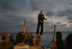 Ein Mann, der auf einem Drahtseil an der Dämmerung jongliert stockfotos