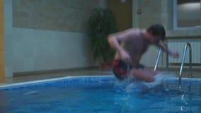 Ein Mann, der in das Pool springt stock footage
