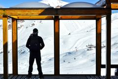 Ein Mann, der den Schnee aufpasst stockbild