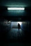 ein Mann, der in den Tunnel geht Stockfotografie