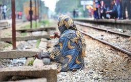 Ein Mann, der in der Bahnstrecke sitzt Stockfotografie