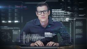 Ein Mann, der in der Zukunft eine neue Schnittstelle verwendet stock video
