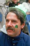 Ein Mann, der des den Tag Str.-Patricks genießt Lizenzfreies Stockbild