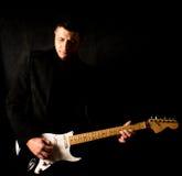 Ein Mann, der die Gitarre spielt Lizenzfreies Stockbild