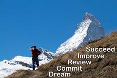 Ein Mann, der die Spitze des Matterhorns im Abstand betrachtet Stockbilder
