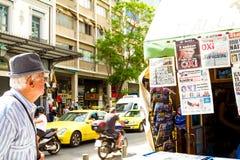 Ein Mann, der die Zeitungen in Athen, Griechenland liest Lizenzfreies Stockfoto