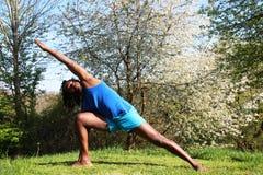 Ein Mann, der draußen eine Yogaübung tut Lizenzfreies Stockbild