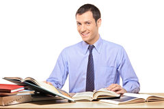 Ein Mann, der ein Buch liest Lizenzfreies Stockbild