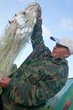 Ein Mann, der ein Fischernetz anhält lizenzfreies stockfoto