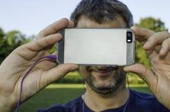 Ein Mann, der ein Foto mit einem Smartphone macht Stockbilder
