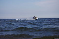 Ein Mann, der ein Motorboot reitet Stockbild