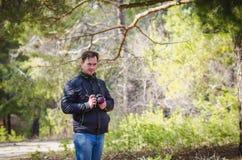 Ein Mann, der eine Kamera hält Lizenzfreie Stockbilder