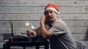 Ein Mann, der an einem Computer im neuen Jahr arbeitet stock video