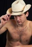Ein Mann, der in einem Hut sitzt. Stockfoto