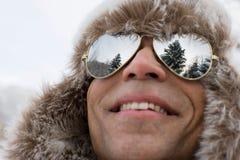 Ein Mann, der einen Deerstalkerhut und -Sonnenbrille trägt lizenzfreie stockfotos