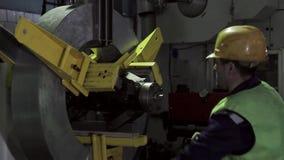 Ein Mann, der an einer Schwerindustriefabrik arbeitet stock video footage