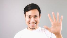 Ein Mann, der Handzeichen das fünfte zeigen oder die letzte Sache Stockbilder