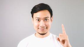 Ein Mann, der Handzeichen die erste Sache zeigt Stockbild