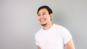 Ein Mann, der heraus schauen und Lächeln Stockfotografie