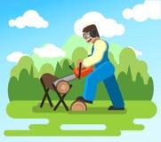 Ein Mann, der im Garten arbeitet, sägend zeichnet Kettensäge auf Lizenzfreie Stockfotografie