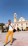 Ein Mann, der im Urlaub am Telefon spricht Lizenzfreie Stockfotografie