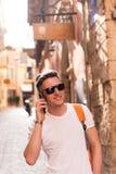 Ein Mann, der im Urlaub am Telefon spricht Stockfotos