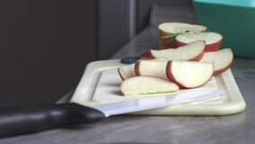 Ein Mann in der Küche, die einen Apfel schneidet stock footage
