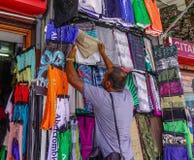Ein Mann, der Kleidung verkauft Lizenzfreies Stockfoto