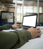 Ein Mann, der an Laptop arbeitet stockfotografie